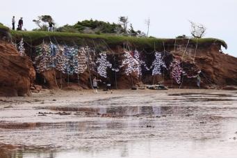 """Accrochage du Soutien-côte de Marianne Papillon, le 2 juillet 2013. Événement-résidence """"faire avec"""" du centre d'artistes Admare, commissariat de Véronique Leblanc. Crédit photo: © Pascal Stouder"""